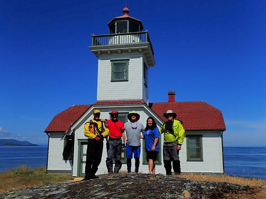 Group photo in front of the lighthouse on Patos